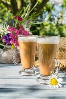 café no jardim ensolarado de verão