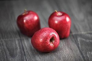 maçãs vermelhas crocantes foto
