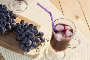 suco de uva e uvas azuis frescas