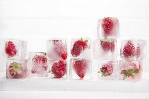 cubos de gelo com morangos foto