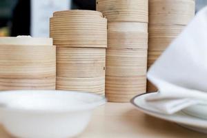 pão chinês cozido no vapor na cesta de bambu