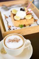 xícara de café cappuccino e sorvete de torradas de mel foto