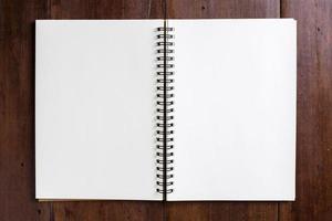 caderno de receitas em fundo de madeira foto
