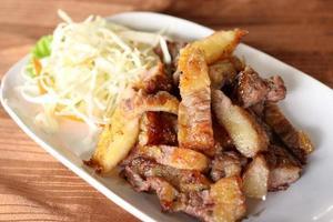 peito de porco grelhado receita cortada. foto