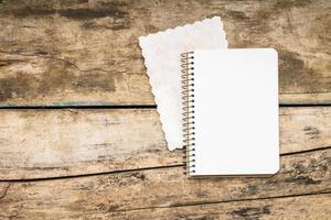 livro de receitas em plano de fundo texturizado de madeira foto