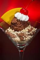 sorvete de chocolate em um copo de martini foto