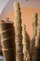 pilhas de casquinhas de sorvete fresco na Itália foto
