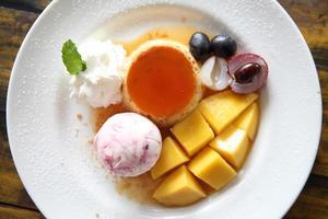 sorvete com pudim e frutas foto