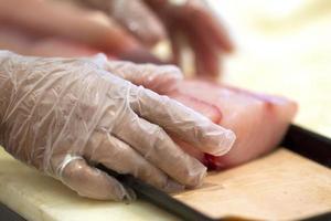 chef preparando peixe foto