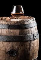 vidro brendy no barril de carvalho velho