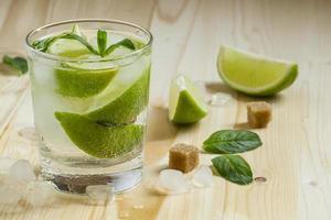 cocktail fresco witn refrigerante, limão e hortelã, foco seletivo