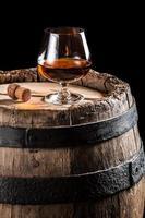 vidro brendy no barril de madeira velho