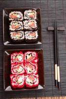 sushi japonês com caviar vermelho foto