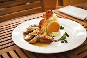 comida saudável e fresca com frango e legumes