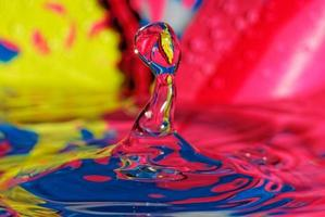salpicos de água, gota de água colorida foto