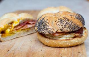 sanduíche com ovo e bacon foto