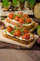 molho de tomate cereja assado e ricota na torrada foto