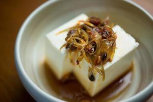 cozinha japonesa hiyayakko (tofu frio) foto