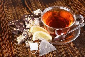 xícara de chá com limão no fundo de madeira
