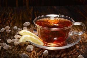 xícara de chá com limão no fundo de madeira foto