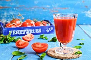 suco de tomate foto