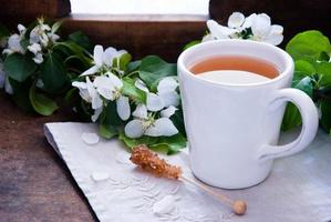 xícara de chá verde e flor foto