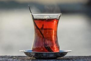 copo de chá turco em Istambul foto