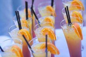 linha de diferentes coquetéis alcoólicos na festa noturna ao ar livre do evento