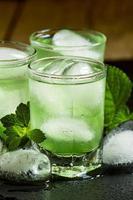 bebida gelada verde com gelo em forma de coração foto