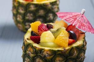 salada de frutas frescas, servida em tigelas com abacaxi fresco