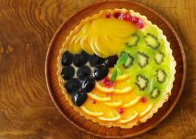 torta de frutas com várias frutas (uvas, pêssegos, kiwi, laranja)