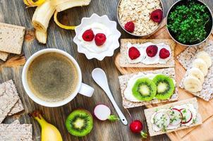 café da manhã saudável com pão estaladiço, frutas, iogurte e agrião foto