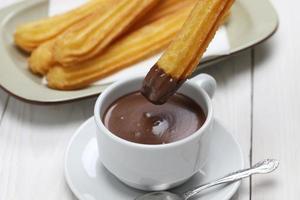 churros e chocolate quente, café da manhã espanhol foto