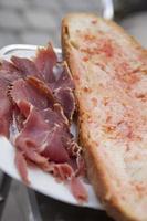 pão com tomate e presunto foto