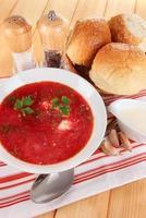 sopa de beterraba deliciosa em close-up tabela foto