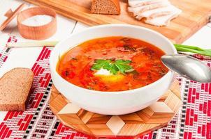 borsch vermelho nacional ucraniano com creme azedo closeup foto