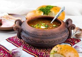 sopa de beterraba ucraniana com donuts foto