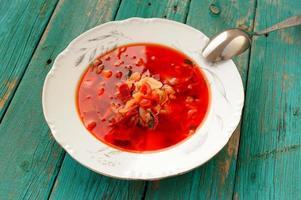 sopa de beterraba vegetariana russa com repolho em chapa branca foto