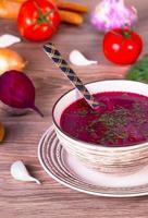 sopa de beterraba com legumes foto