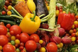 variedade de frutas e vegetais de fundo foto