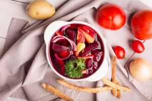 sopa de beterraba tradicional russa foto