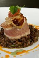 atum frito na panela, foie gras, chutney de tomate e lentilhas. foto