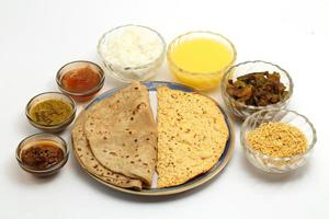 comida indiana -veg thali foto