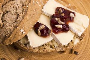 pão servido com camembert e cranberry foto