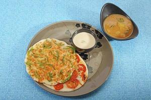 uthappams de prato do sul da Índia com sambar
