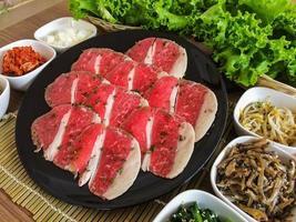 comida na churrasqueira coreana, carne e vegetais foto