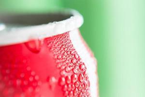 gota de água em latas de refrigerante foto