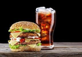 hambúrguer e cola bebida.