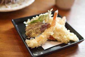 macarrão soba com camarão frito foto