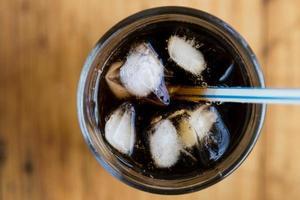 refrigerante com gelo e palha foto
